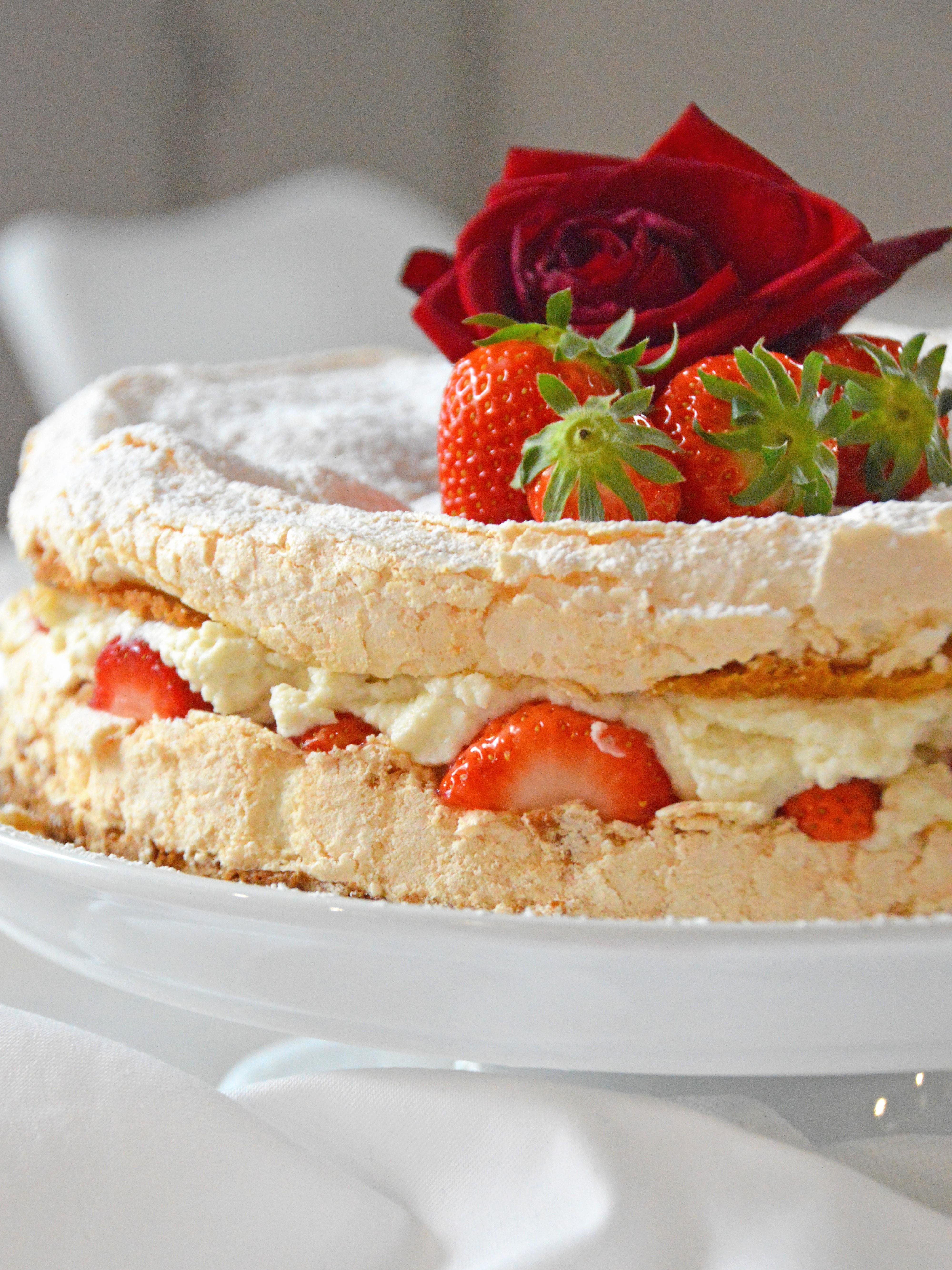 Erdbeer-Baiser Torte